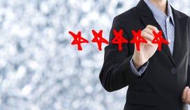 Geschäftshandhäkchen mit roter Markierung auf der Bewertung mit fünf Sternen stockbild