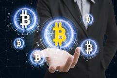 Geschäftshandholdingangebot bitcoin Vorrat auf virtuellem Schirm Stockbild