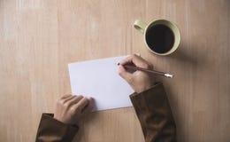 Geschäftshandschriftbriefpapier auf hölzernem Tabellenbüro Beschneidungspfad eingeschlossen Lizenzfreie Stockfotografie
