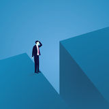 Geschäftsherausforderungskonzept Geschäftsmann Confuse bei The Edge von Gap Lizenzfreie Stockfotografie