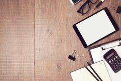 Geschäftshintergrund mit digitalen Tabletten- und Büroeinzelteilen Ansicht von oben lizenzfreie stockfotografie