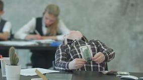 Geschäftsjunge in den Brillen, die Geld, Dollar zählen stock video footage