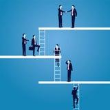 Geschäftskarrierekonzept Geschäftsmänner führen, um hohe Leiter zu klettern Stockbild