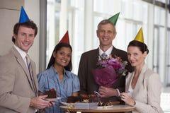 Geschäftskollegen an der Büroparty stockfoto