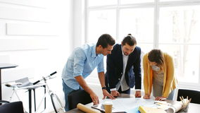 Geschäftskollegen, die über Plan sich besprechen stock video