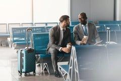 Geschäftskollegen, die auf Flug warten Lizenzfreies Stockbild
