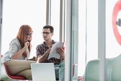 Geschäftskollegen, die Datei im kreativen Büro lesen Stockbilder