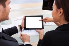 Geschäftskollegen, die digitale Tablette verwenden Stockfotografie