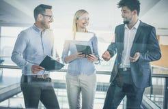Geschäftskollegen, die Diskussion haben lizenzfreies stockfoto