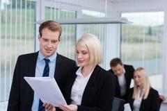 Geschäftskollegen, die eine Diskussion haben Lizenzfreie Stockfotos