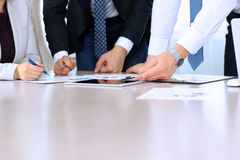Geschäftskollegen, die Finanzzahlen auf einer digitalen Tablette bearbeiten und analysieren Lizenzfreie Stockfotos