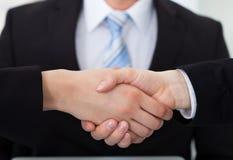 Geschäftskollegen, die Hände rütteln Lizenzfreie Stockfotos