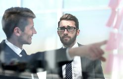 Geschäftskollegen, die neue Herausforderungen besprechen stockbild