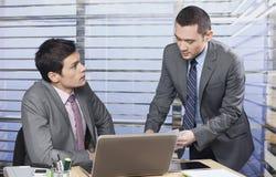 Geschäftskollegen, die zusammenarbeiten Lizenzfreie Stockfotografie