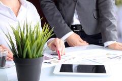 Geschäftskollegen, die zusammenarbeiten und Finanzfeige analysieren Stockfotos