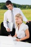 Geschäftskollegen im Naturbürolächeln Lizenzfreies Stockbild