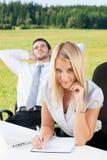 Geschäftskollegen im Naturbürolächeln Lizenzfreie Stockfotos
