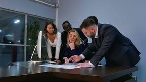 Geschäftskonferenzdarstellung mit Team im Büro stock video