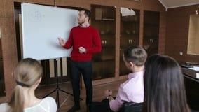 Geschäftskonferenzdarstellung mit Teamtraining flipchart Büro stock video footage