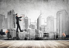 Geschäftskonzept der Risikounterstützung und -hilfe mit dem Mann, der auf Seil balanciert Lizenzfreie Stockfotos