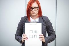 Geschäftskonzept der Wahl und der Abstimmung Eine Frau in einer Klage und in einem gla Stockfotografie