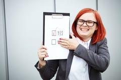 Geschäftskonzept der Wahl und der Abstimmung Eine Frau in einer Klage und in einem gla Lizenzfreie Stockbilder