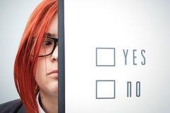 Geschäftskonzept der Wahl und der Abstimmung Eine Frau in einer Klage und in einem gla Lizenzfreie Stockfotografie