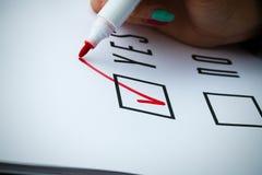 Geschäftskonzept der Wahl und der Abstimmung Eine Frau in einer Klage und in einem gla Stockfoto