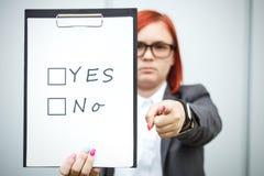 Geschäftskonzept der Wahl und der Abstimmung Eine Frau in einer Klage und in einem gla Stockfotos