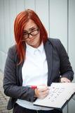 Geschäftskonzept der Wahl und der Abstimmung Eine Frau in einer Klage und in einem gla Stockbild