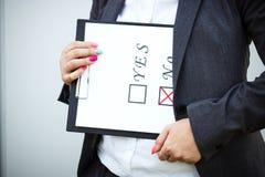 Geschäftskonzept der Wahl und der Abstimmung Eine Frau in einer Klage und in einem gla Lizenzfreie Stockfotos