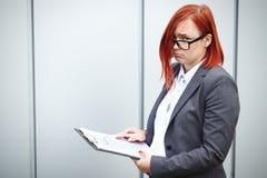 Geschäftskonzept des Erfolgs und des Wachstums Ein Frauenchef, in einer Klage Lizenzfreies Stockbild