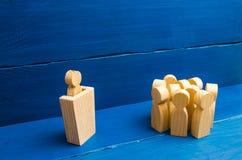 Geschäftskonzept des Führers und der Führungsqualitäten, des Mengenmanagements, der politischen Debatte und der Wahlen Drei Leute lizenzfreies stockfoto