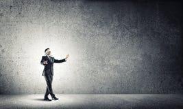 Geschäftskonzept des Risikos mit tragender Augenbinde des Geschäftsmannes im leeren konkreten Raum Stockfoto