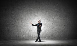 Geschäftskonzept des Risikos mit tragender Augenbinde des Geschäftsmannes im leeren konkreten Raum Lizenzfreie Stockfotografie