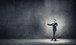 Geschäftskonzept des Risikos mit tragender Augenbinde des Geschäftsmannes im leeren konkreten Raum Lizenzfreies Stockfoto
