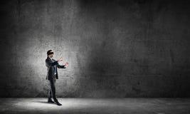 Geschäftskonzept des Risikos mit tragender Augenbinde des Geschäftsmannes im leeren konkreten Raum Stockbilder