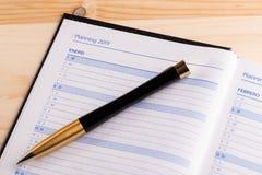 Geschäftskonzept - Draufsicht eines offenen Tagebuchs der Notizbuchgebundenen ausgabe mit dem Wort 2019 stockbild