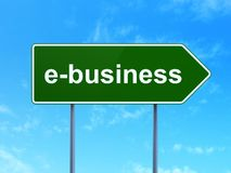 Geschäftskonzept: E-Business auf Verkehrsschildhintergrund Stockfotografie