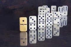 Geschäftskonzept - einzigartiger Domino, der heraus vom Rest steht Lizenzfreies Stockfoto