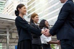Geschäftskonzept - Geschäftsmänner, die Hand sprechen und rütteln lizenzfreie stockbilder