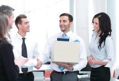 Geschäftskonzept - hübscher glücklicher Geschäftsmann im Büro lizenzfreie stockfotografie