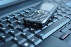 Geschäftskonzept-Handy und -laptop lizenzfreie stockfotos