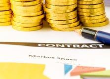 Geschäftskonzept mit goldenem Münzen- und Vertragspapier Lizenzfreies Stockfoto