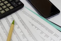 Geschäftskonzept mit Stift, Notizblock, Taschenrechner und intelligentem Telefon Lizenzfreie Stockfotografie