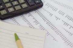 Geschäftskonzept mit Stift, Notizblock, Taschenrechner und intelligentem Telefon Stockfotos