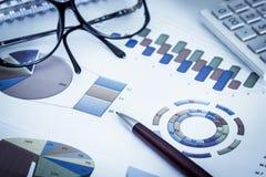 Geschäftskonzept, -stift, -brillen und -taschenrechner lizenzfreie stockbilder