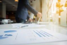 Geschäftskonzept, unscharfer abstrakter Hintergrund des Geschäftsmannes wo Stockbild