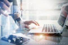 Geschäftskonzeptfoto Arbeitendes modernes Büro des Börse-Projektes des Geschäftsmannes Zeitgenosselaptop der rührenden Auflage Stockbilder