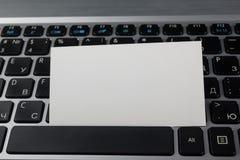 Geschäftskreditkarte über der Laptoptastatur, Online-Zahlung zu Hause leistend, Holztisch Abbildung 3d Lizenzfreies Stockbild